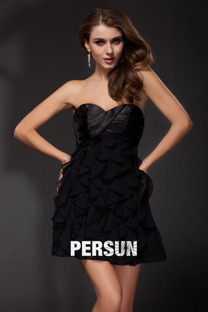 petite-robe-noire-decollete-en-coeur-sexy