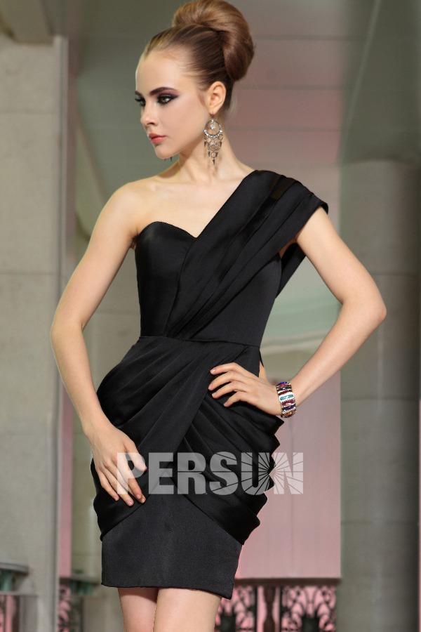 petite-robe-noire-drapee-asymetrique