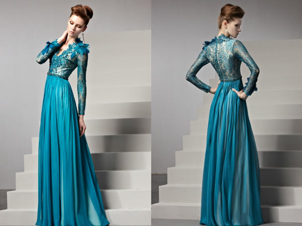 robe-soiree-bleue-empire-dentelle-ornee-de-plumes