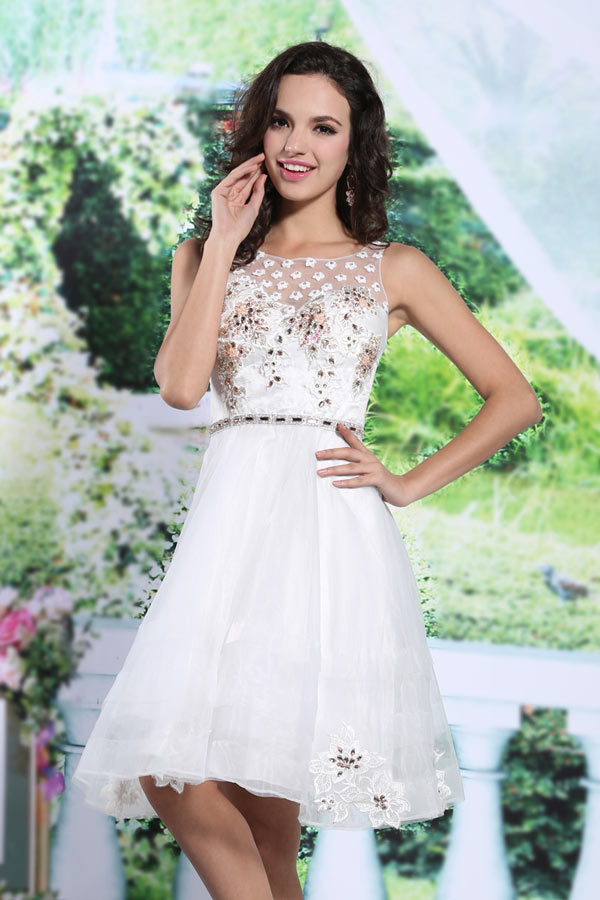Petite robe blanche courte en organza à haut fleuri