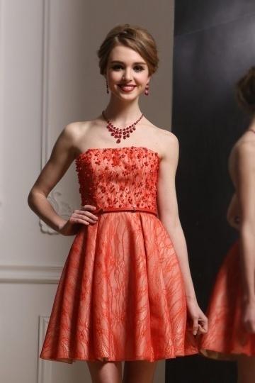 Mini robe bustier en dentelle corail ornée de perles