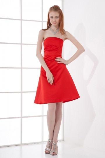 Robe cocktail courte en satin rouge sans bretelle plissée