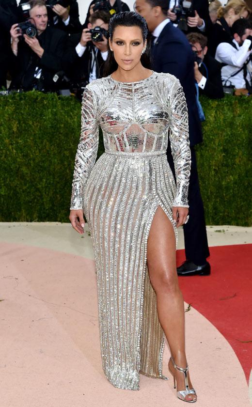 Kim-Kardashian-Robe-fendue-métallique--à-longue-manche-sur-le-tapis-rouge-Met-Gala