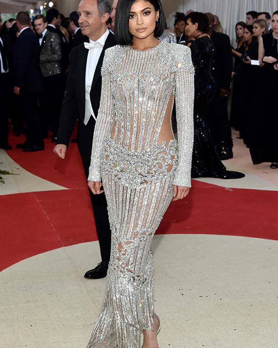 Kylie-Jenner-Robe-Métallique--à-longue-manche-sur-le-tapis-rouge-du-Met-Gala