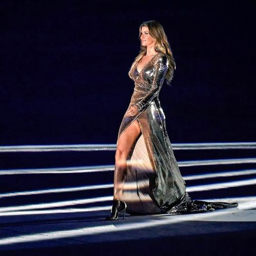 Gisele Bündchen dans robe soirée courte devant longue derrière dorée