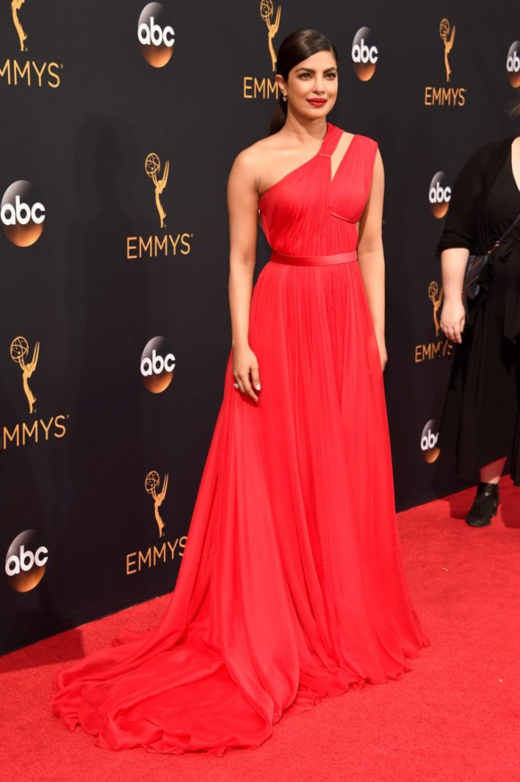 Priyanka Chopra dans robe chic rouge aux Emmys 2016