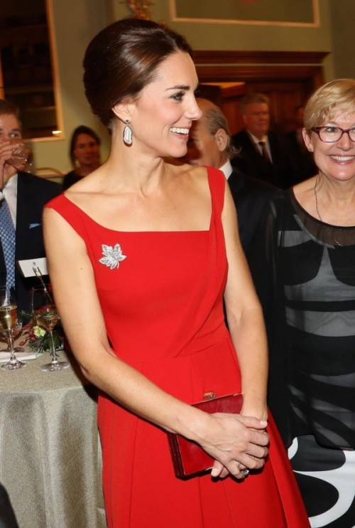 kate-middleton-chic-look-dans-robe-rouge-agrementee-dune-broche