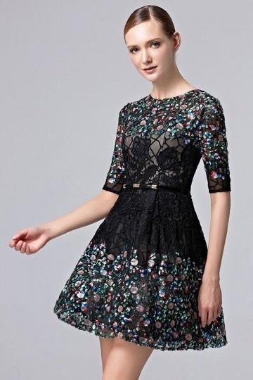 Petite robe noire à manche courte ornée de dentelle ajourée & strass coloré