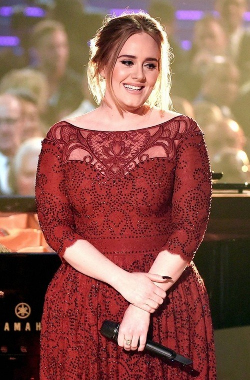 adele-robe-soiree-dentelle-rouge-a-manches