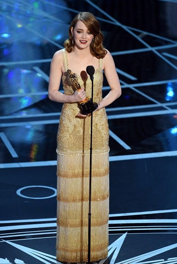 Emma Stone chic robe à franges dorée colonne