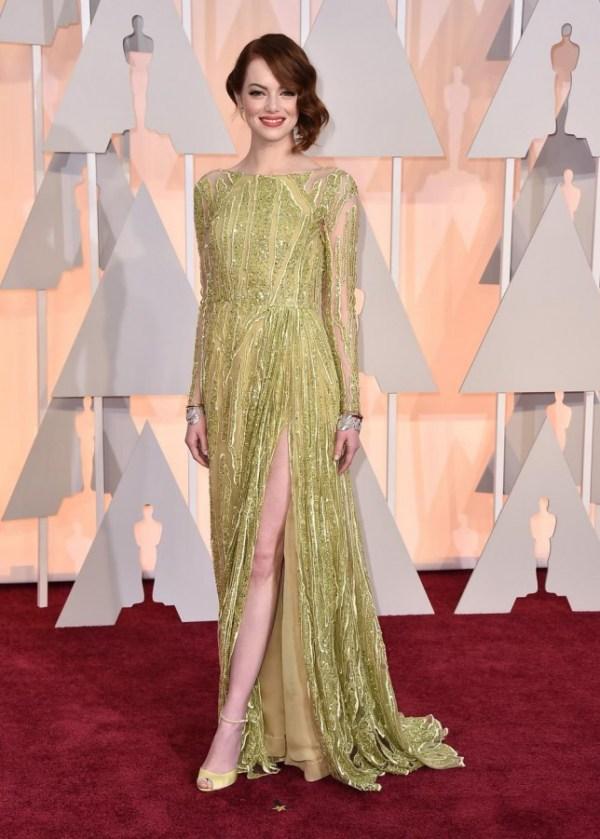 Emma Stone robe verte fendue à manche aux Oscars 2015