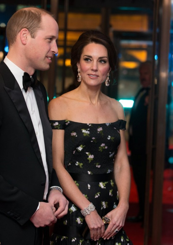 Kate-Middleton-en-robe-dénudée-noire-2017-BAFTAs