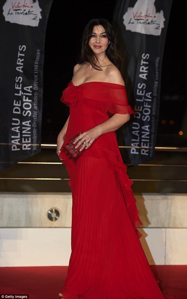 Monica Bellucci en robe rouge dénudée romantique