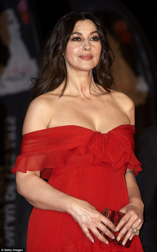 chic look Monica Bellucci en rouge