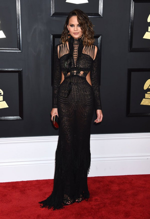 Chrissy Teigen robe dentelle longue Grammy Awards