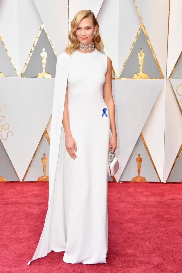 Karlie Kloss robe chic cape blanc avec manches asymétriques