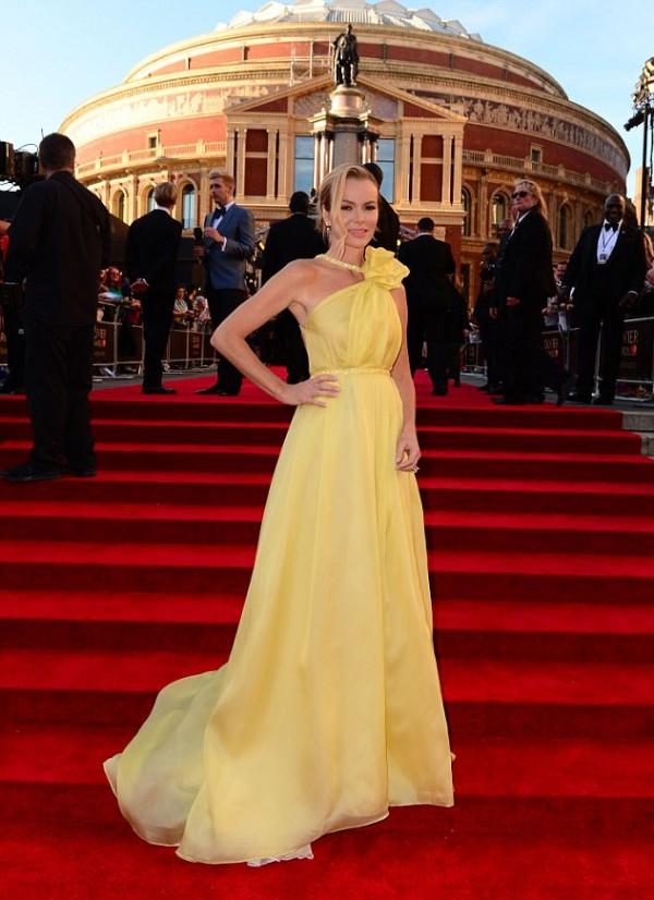 Amanda Holden robe de gala jaune fendue épaule asymétrique à traîne