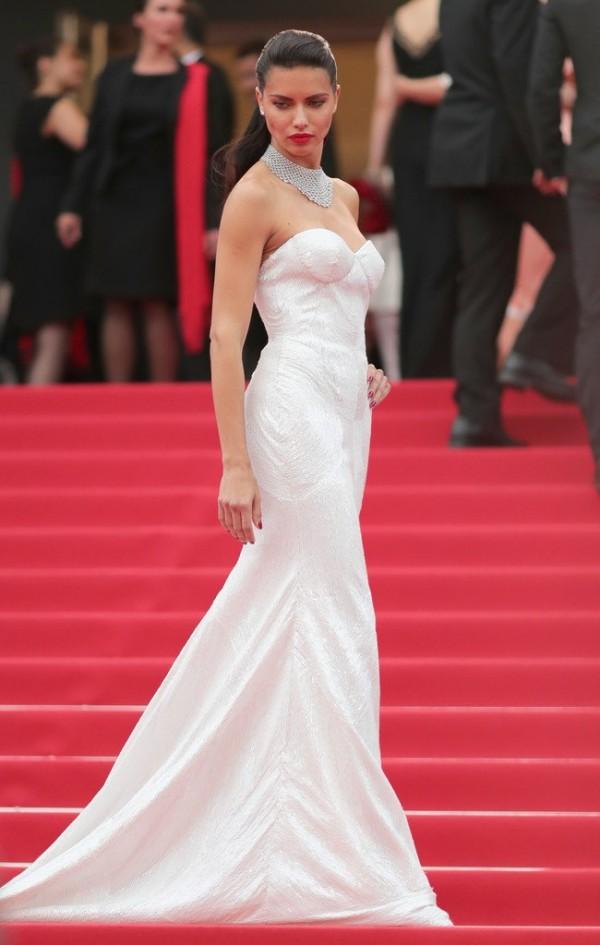 Adriana Lima robe blanche sirène