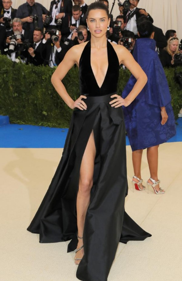 Adriana Lima robe sexy noire décolletée V plongeant fendue au Met Gala 2017_conew1