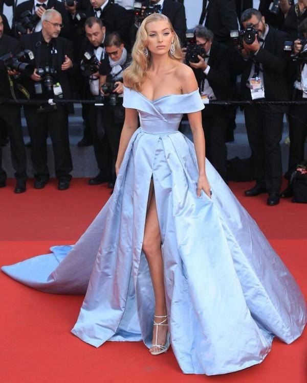Elsa Hosk robe bal bleue dénudée