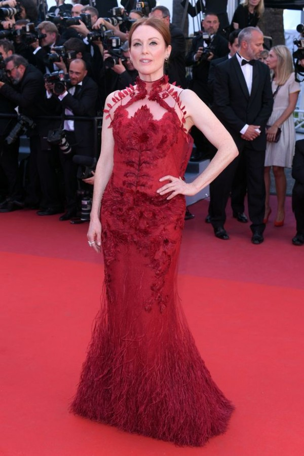 Julianne Moore robe rouge sirène