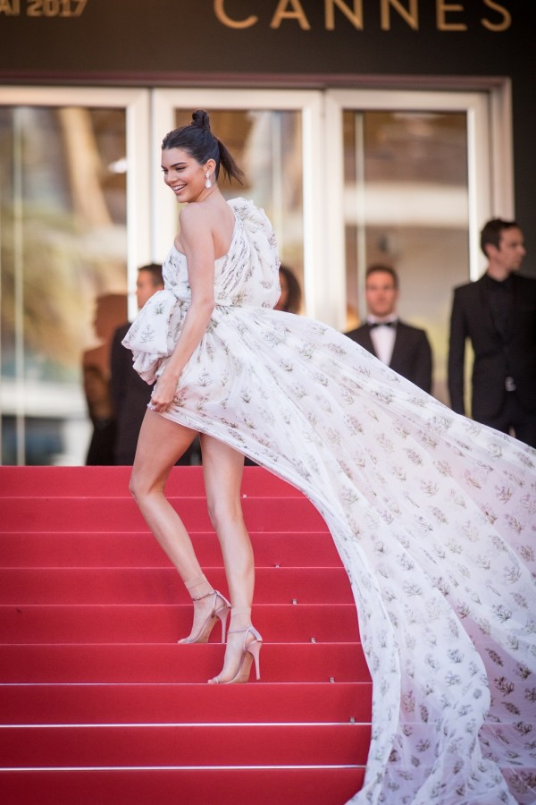 Kendall Jenner robe à traîne Cannes
