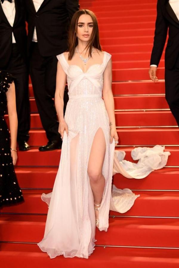 Lily Collins robe blanche fendue