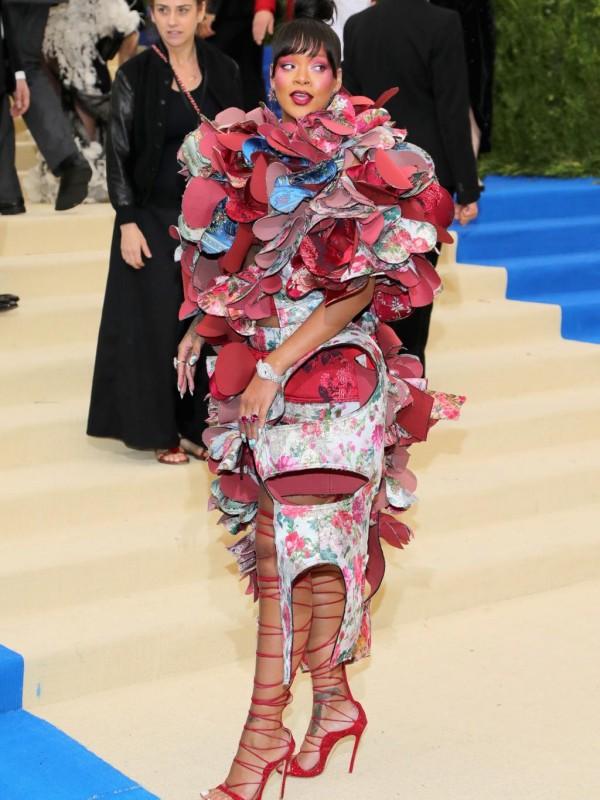 Rihanna 2017 met ball en robe extravagante