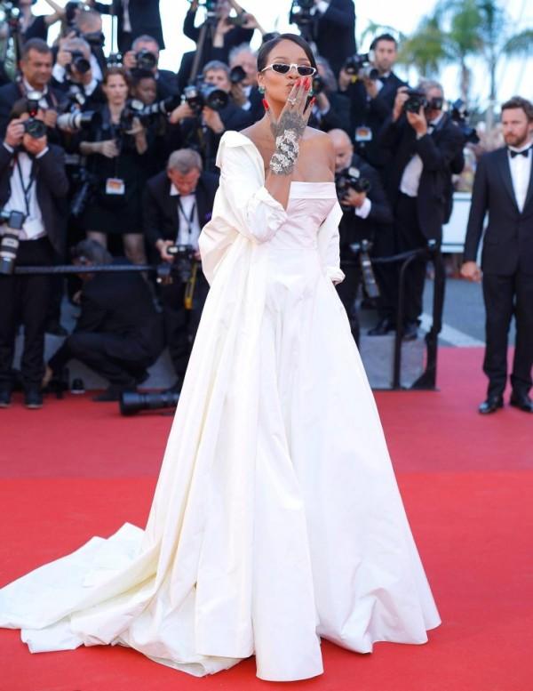 Rihanna robe blanche cannes