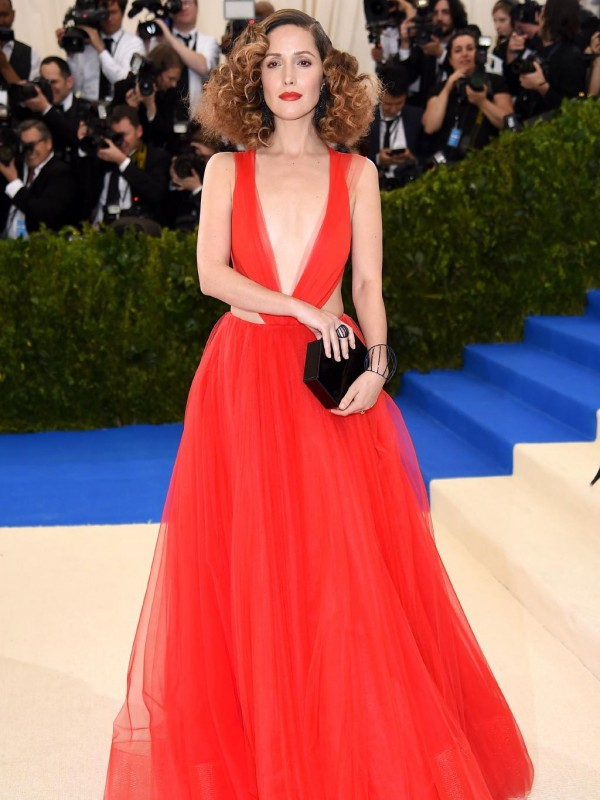 Rose Byrne robe rouge sexy col V met gala 2017