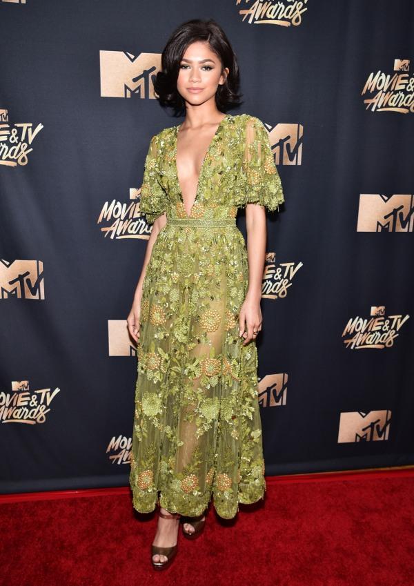 Zendaya 2017 MTV robe verte décolleté V plongeant