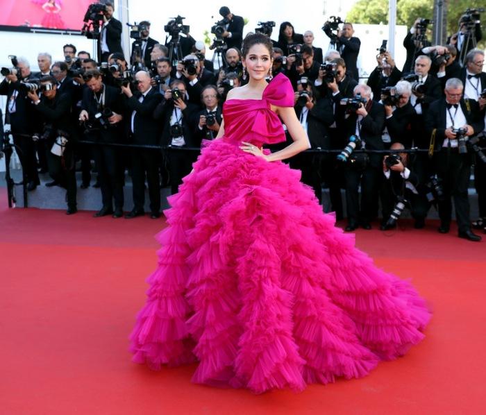Araya Hargate robe de bal fuchsia asymétrique à Cannes 2017