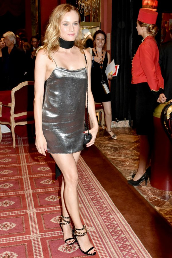 Diane Kruger chic robe de cocktail argentée courte