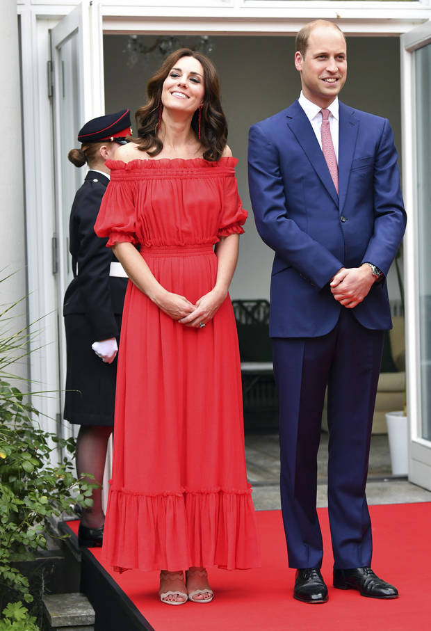 Kate Middleton en robe maxi bardot rouge