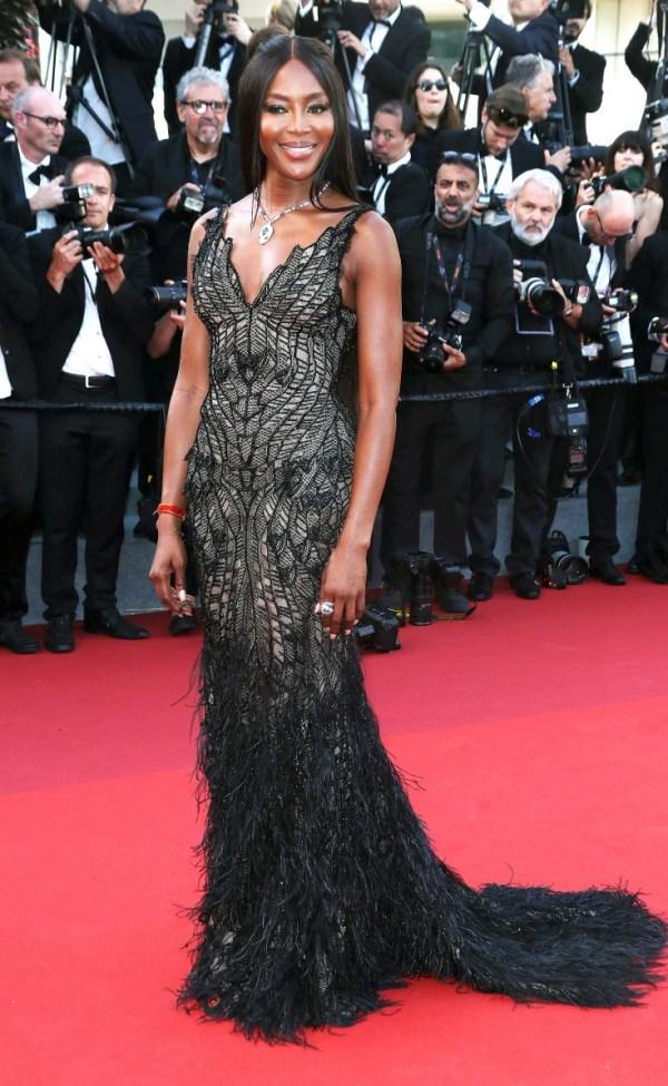Naomi Campbell en robe noire au festival cannes 2017
