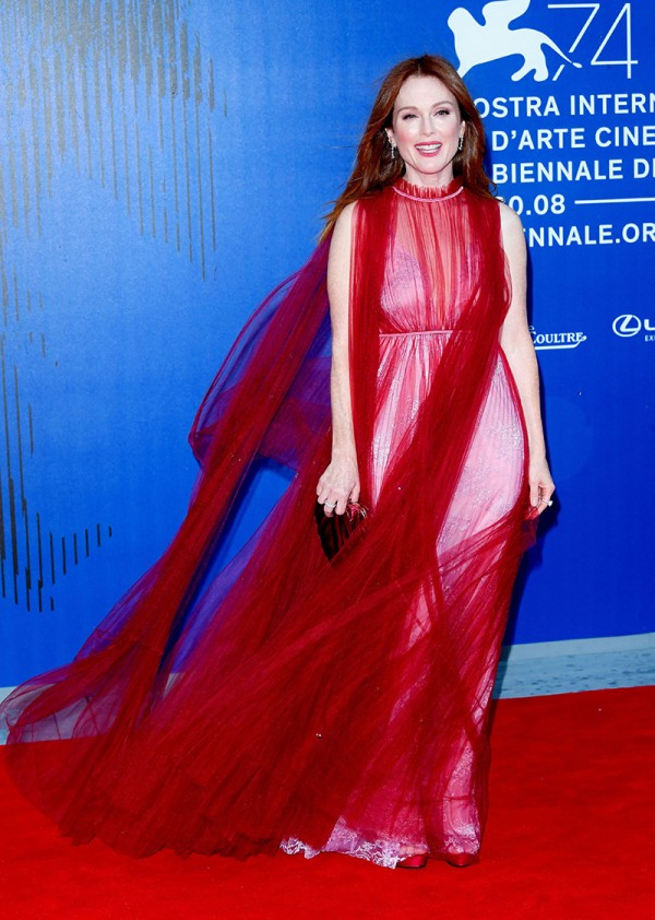 2017-venise-film-festival-robe-rouge-Julianne-Moore