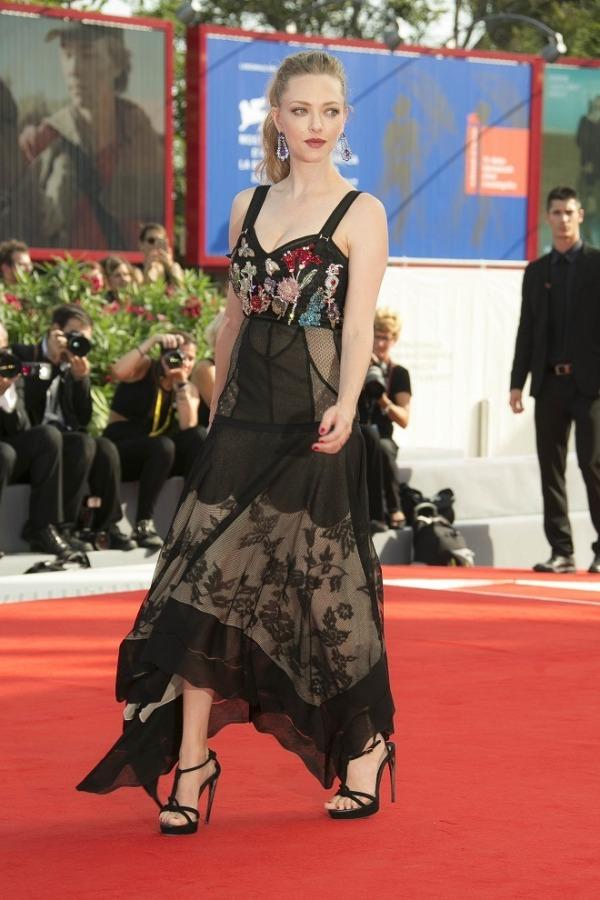 Amanda Seyfried robe noire florale avec bretelles