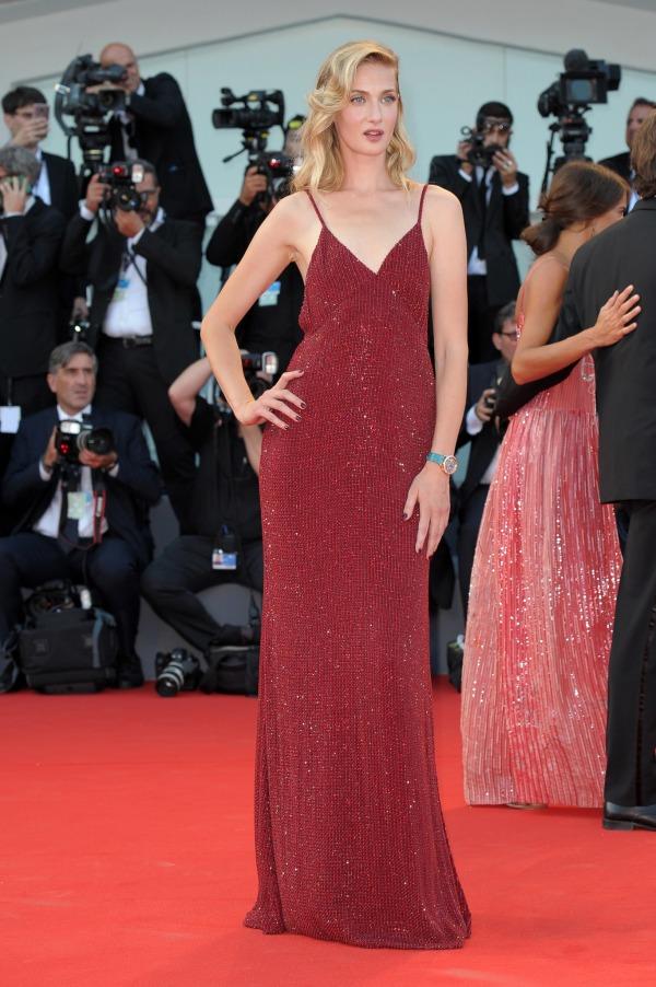 Eva Riccobono robe rouge colonne col V