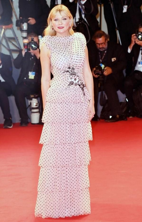 Kirsten Dunst robe chic blanche à pois