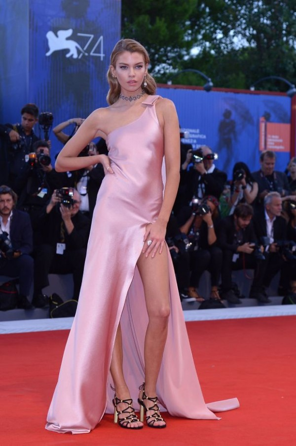 Model Stella Maxwell en robe bal rose fendue
