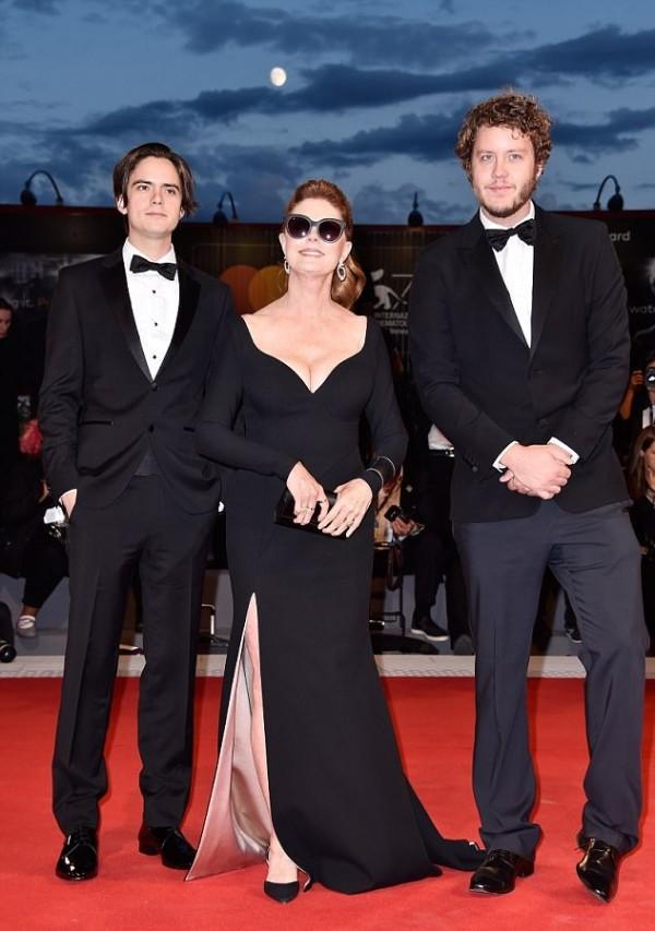 Susan Sarandon robe noire sexy fendue & col V