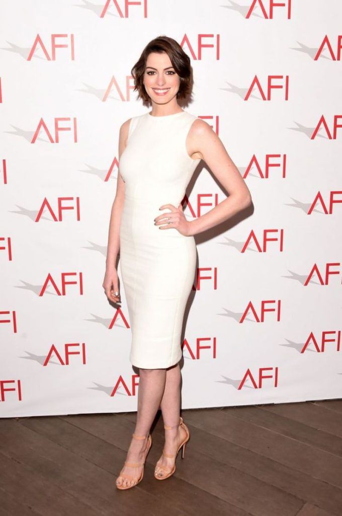 Anne Hathaway en robe de cocktail blanche