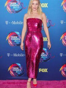 Lili Reinhart en robe de soirée rose fuchsia fourreau en sequin