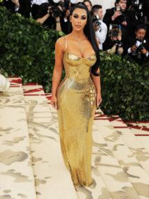kim kardashian en robe de soirée dorée fourreau sexy