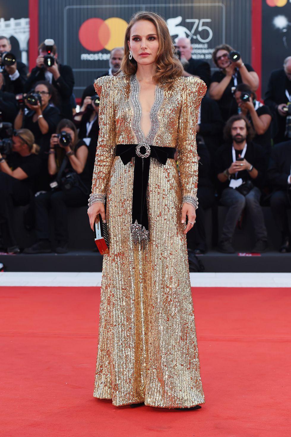 Natalie Portman en une robe de soirée longue dorée en sequin à manche longue