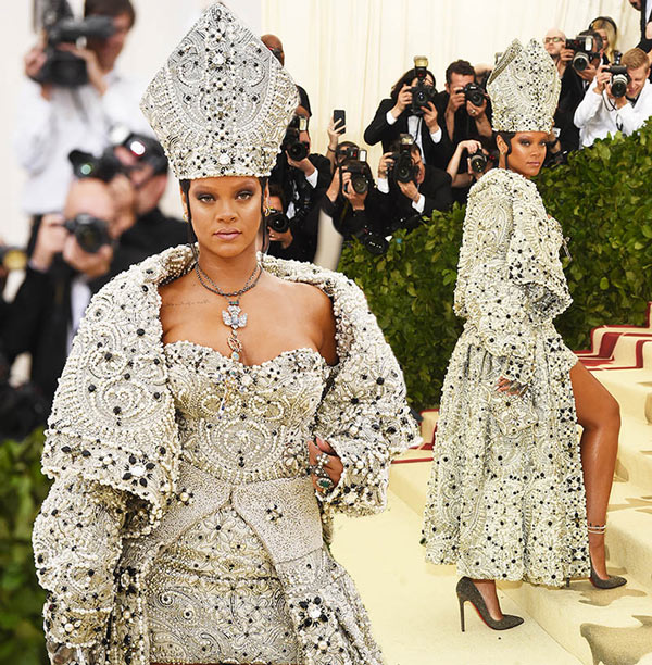 Rihanna portait robe, assorti Mitre papale et le collier, Christian Louboutin talons, boucles d'oreilles Hoop par Maria, et des bijoux de Cartier