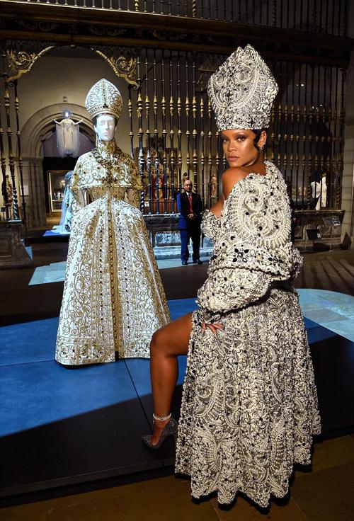 Rihanna portait la robe de gala incrusté de bijoux et perles