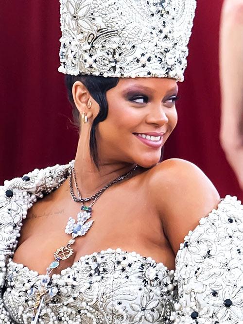 collier et maquillage de Rihanna