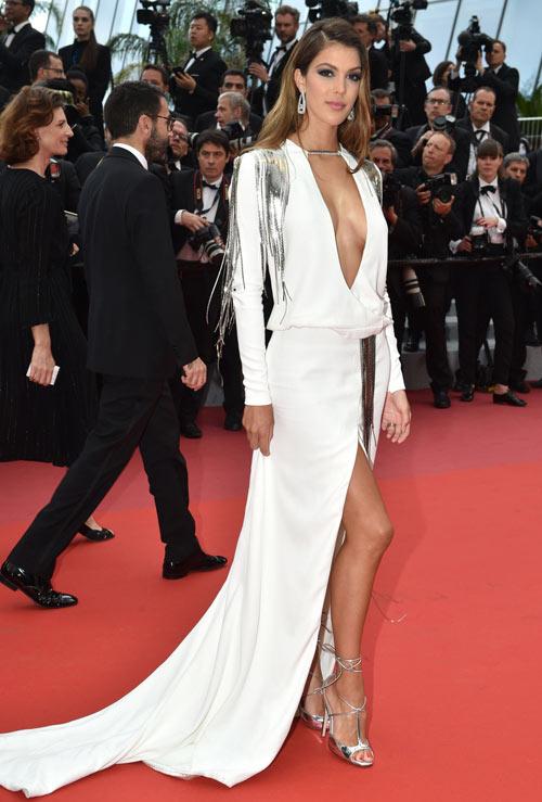 robe sexy avec fente Iris Mittenaere
