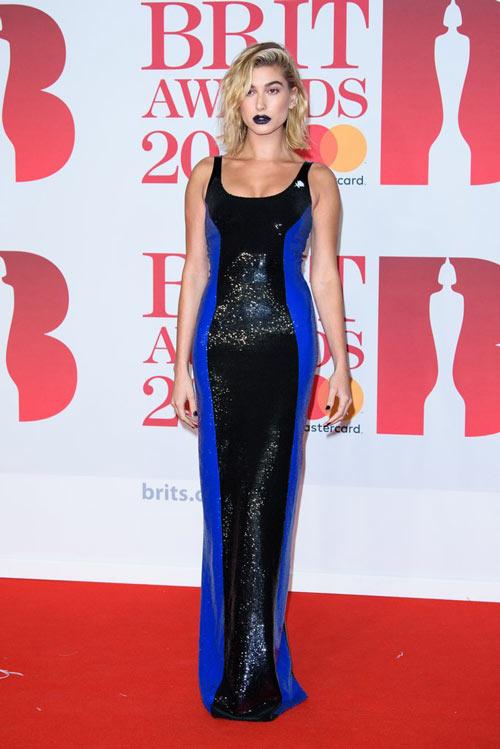 Hailey Baldwinen une robe moulante bleu & noire col carré